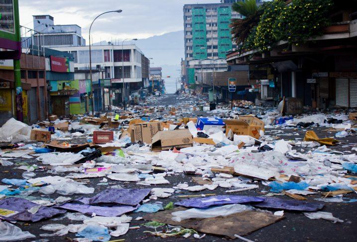 ゴミだらけの街の画像