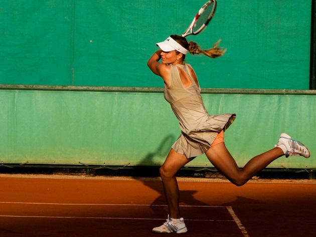 テニスをする女性の画像
