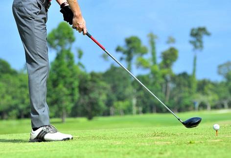 ゴルフをする男性の画像